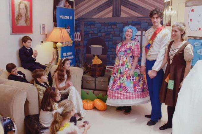Nhà thiết kế này cũng tung ra một con số năm hình người, một người mặc quần áo theo mùa trong phòng khách của cô ấy, cũng như thuê một chuyên gia trang điểm để búp bê những đứa trẻ và đặt một bữa tiệc trong đó có chậu trứng cá muối trị giá 500 bảng. Cô nói: Giáng sinh là thời gian trong năm để thực sự chiều chuộng nhau và tạo nên những kỷ niệm đó. Cô ấy nói thêm: Tại sao đi ra ngoài kịch câm khi tôi có thể khiến họ đến với tôi?