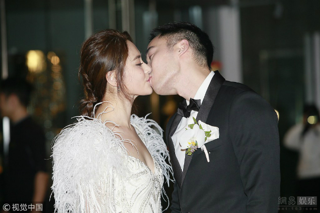 Ngày 20/12, Hân Đồng và ông xã Lại Hoằng Quốc tổ chức đám cưới tại HonG Kong, đây là lần thứ ba cô khoác váy cưới, sau hôn lễ ở Mỹ, tiệc đính hôn và đón dâu truyền thống hôm đầu tuần. Trước giờ thành hôn, nữ diễn viên và chồng đón khách ở sảnh và tiếp đón báo chí.