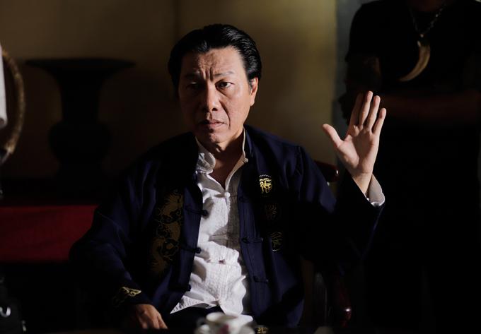 Nghệ sĩ Kiến An với vai Hắc Long, một ông trùmcó tính hòa nhã, thích yên bình, nhưng khi bị ai chạm đến quyền lợi và danh dự thì trở nên máu lạnh khôn lường.