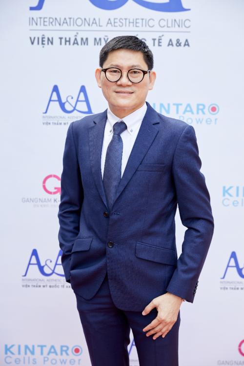Thạc sĩ, bác sĩ Trần Ngọc Sĩ được đào tạo về thẩm mỹ da và laser tại Đại học Y Khoa Havard, Mỹ, là Chủ tịch Hội nghị thường niên Quốc tế thẩm mỹ da và phẫu thuật thẩm mỹ. Ông được mời làm diễn giả cho nhiều hội nghị thẩm mỹ quốc tế, giúp A&A hợp tác chiến lược với Tập đoàn Y khoa Gangnam K-Beauty (Hàn Quốc) và các chuyên gia Nhật Bản.