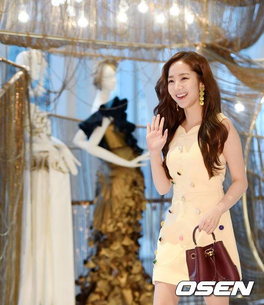 Park Min Young góp mặt tại sự kiện của một thương hiệu thời trang hôm 21/12, khu Jamsil, Lotte. Nữ diễn viên Thư ký Kim sao thế tươi rói khi xuất hiện trước cánh báo chí trong bộ trang phục ngắn, bất chấp những ngày đông lạnh giá.