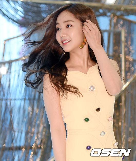 Vẻ đẹp hiện tại của mỹ nhân Hàn. Park Min Young là diễn viên được khán giả yêu thích qua nhiều phim truyền hình như Gia đình là số 1, Thợ săn thành phố, Thư ký Kim sao thế...