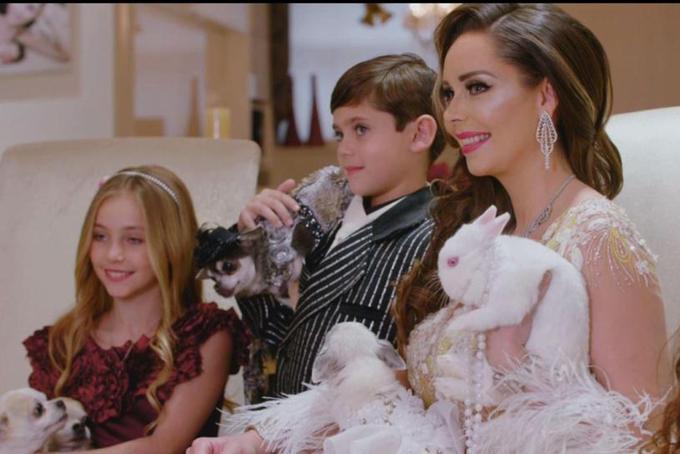 [CaptioBà mẹ ba con Nina Naudstal đánh dấu Giáng sinh bằng cách đặt một bức tranh trị giá 20.000 bảng của mình, ba đứa con của bà - Nô-ê, bảy, Alexa, tám và Leah, 11 - cùng với sáu con chó và hai con thỏ của họ.Nhà thiết kế này cũng tung ra một con số năm hình người, một người mặc quần áo theo mùa trong phòng khách của cô ấy, cũng như thuê một chuyên gia trang điểm để búp bê những đứa trẻ và đặt một bữa tiệc trong đó có chậu trứng cá muối trị giá 500 bảng.Cô nói: Giáng sinh là thời gian trong năm để thực sự chiều chuộng nhau và tạo nên những kỷ niệm đó.Cô ấy nói thêm: Tại sao đi ra ngoài kịch câm khi tôi có thể khiến họ đến với tôi?