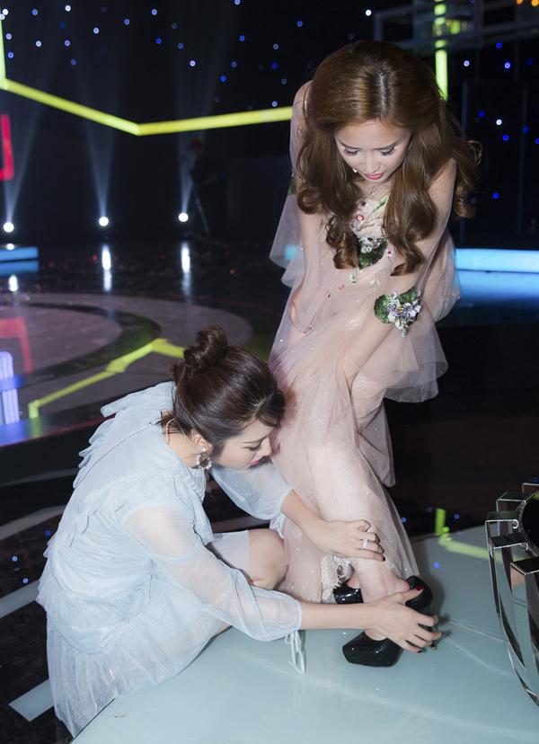 Nữ diễn viên kiểm tra gót chân của Phương Hằng. Rất may Út Minh không bị thương mà chỉ hơi đau vì trẹo chân.