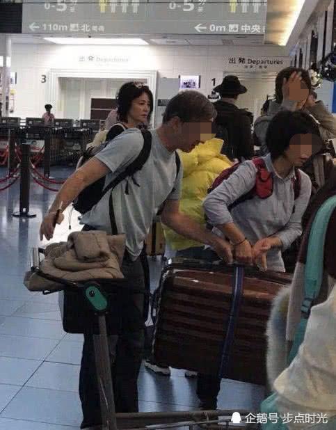 Vương Phi và con gái tại sân bay.
