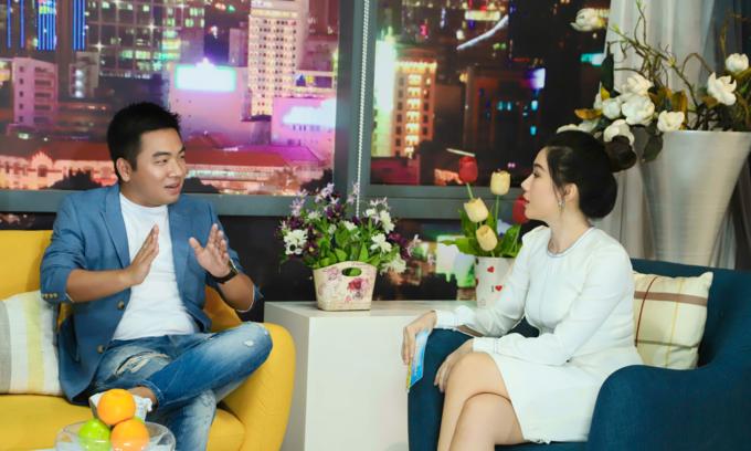 MC Anh Thơ (phải) và tác giả Nguyễn Ngọc Thạch trò chuyện xung quanh chủ đề Hai lựa chọn.