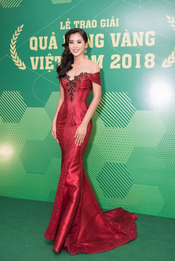 Hoa hậu Tiểu Vy gợi cảm vượt cả Hari Won ở lễ trao giải Quả bóng vàng
