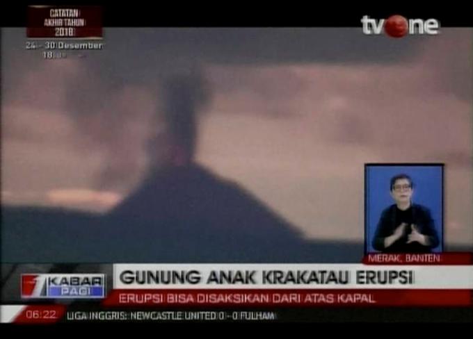 Chưa thầy ba tháng, trận sóng thần thứ hai tấn công Indonesia, nhưng lần này không phải do động đất mà có thểdo hoạt động của núi lửaAnak Krakatoa nằm giữa hai đảo lớn Sumatra và Java. Khoảng 30 phút sau khi núi lửa phun trào tối 22/12, sóng thần xô eo biển Sunda (tây Indonesia)gần đó. Nằm trên Vành đai lửa Thái Bình Dương, Indonesia thường xuyên gánh chịu những trận phun núi lửa và động đất lớn nhất thế giới.