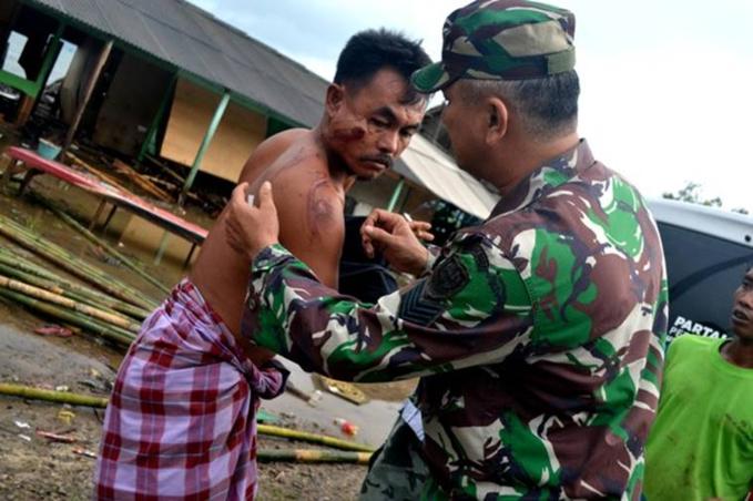 Cảnh sát, quân đội chữa thương trong lúc các đội cấp cứu chưa tới được nơi.
