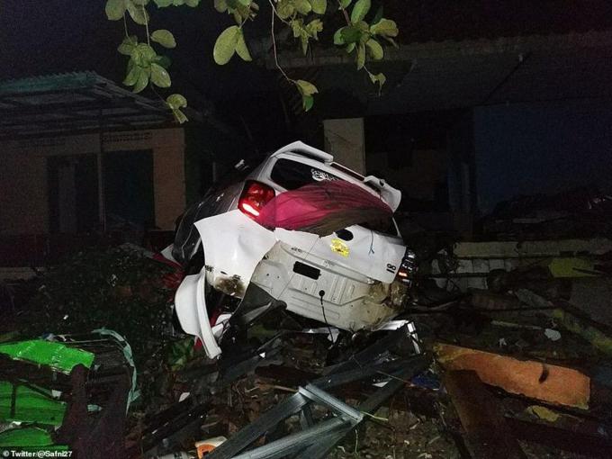 Nhân chứng cho biết, sóng cao 15-20 m khi tràn vào đất liền. Nhiều xe cộ của người dân bị cuốn phăng, lộn nhào.