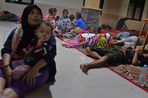 Người Indonesia trú chân trong một đền thờ Hồi giáo sau phun trào núi lửa và sóng thần. Ảnh: Reuters.