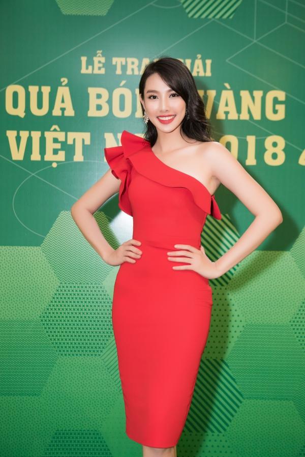 Hoa hậu Tiểu Vy gợi cảm vượt cả Hari Won ở lễ trao giải Quả bóng vàng - 4