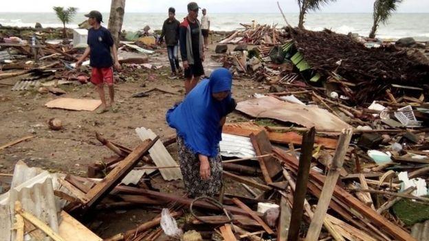 Người dân nhặt nhạnh những gì còn sót lại tại căn nhà bị san phẳng của mình.