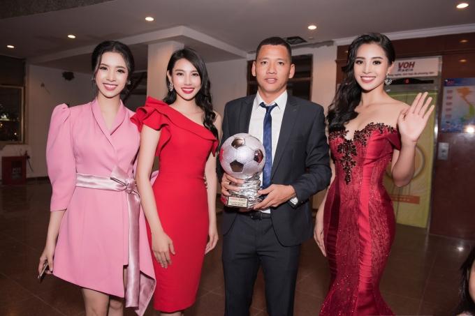Hoa hậu Tiểu Vy gợi cảm vượt cả Hari Won ở lễ trao giải Quả bóng vàng - 7