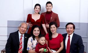 Quốc Cơ - Hồng Phượng chụp ảnh Giáng sinh cùng bố mẹ hai bên