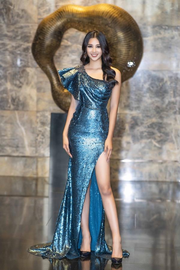 Tối 23/12, Hoa hậu Trần Tiểu Vy diện váy sequin nổi bật của nhà thiết kế Phạm Đăng Anh Thư khi tham gia một sự kiện tại Hà Nội. Phom dáng ôm và chi tiết xẻ đùi trở thành điểm nhân tôn vóc dáng của người đẹp 18 tuổi.