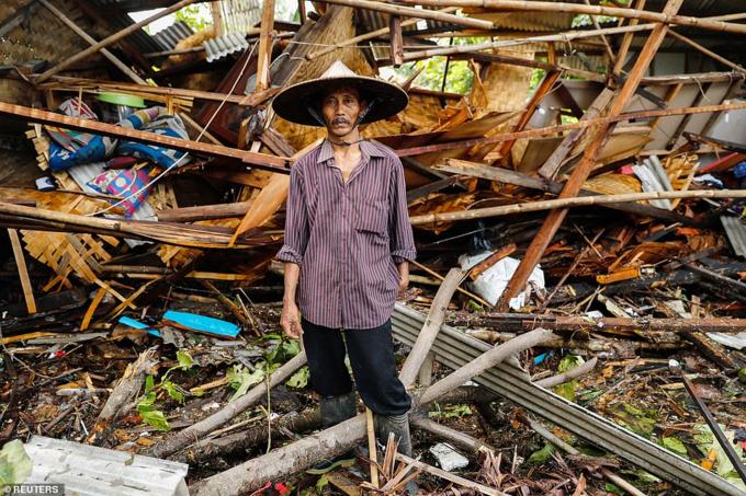 Sóng thần ập đến bất ngờ 21h30 tối 22/12 mà không có cảnh báo nào từ trước. 700 tòa nhà,từ cửa hàng vànhà tới biệt thự, khách sạn, bị phá hủy. Quan chức chống thiên tai Indonesia cho biết nước họ không có hệ thống cảnh báo núi lửa và lở đất dưới lòng biển.