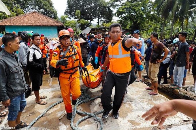 Đội cứu hộ chuyển thi thể dưới tòa nhà bị phá hủy tại Pandeglang, tỉnh Banten.