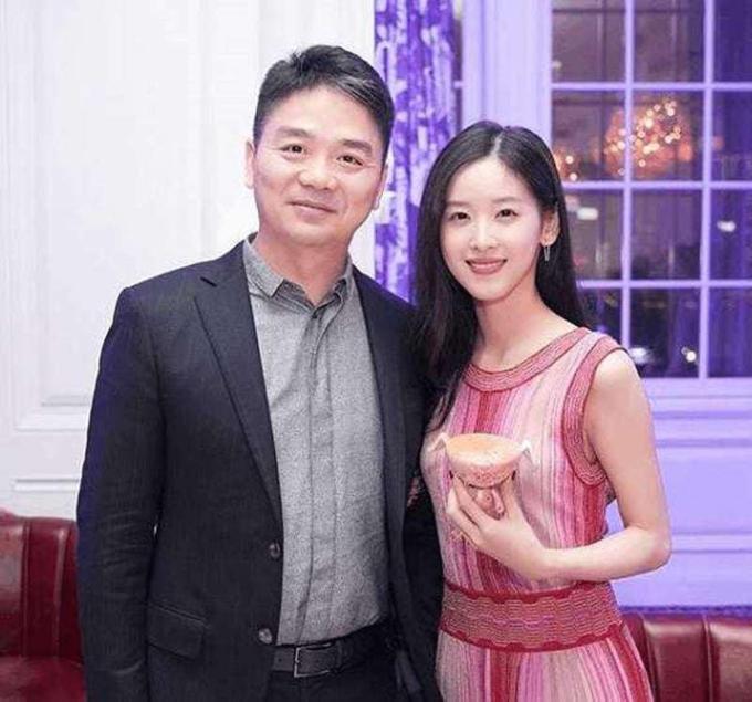 Cặp vợ chồng doanh nhânchênh 19 tuổi nổi tiếng Trung Quốc. Ảnh: Weibo.