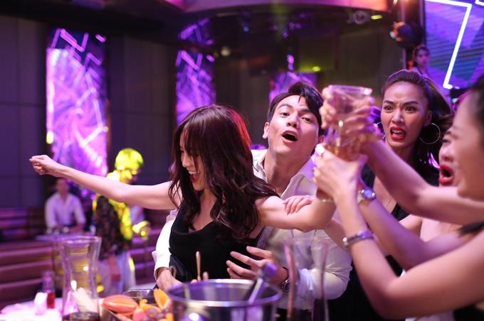 Ninh Dương Lan Ngọc cho hay việc đi bar lúc 6h sáng là một chuyện phi lý ngoài đời, chưa kể dàn diễn viên phải tưởng tượng có âm nhạc và nhún nhảy nhiệt tình. Nguyên nhân xuất phát từviệc thu tiếng trực tiếp nên cảnh quay không được phép bật nhạc.