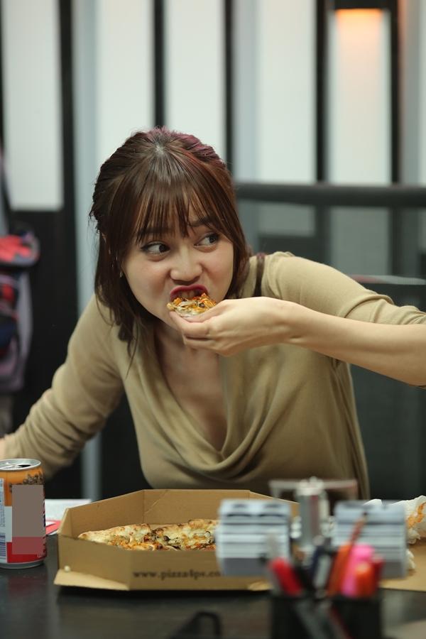 Cảnh quay Ms Q lén lút ăn chiếc pizza do chàng Jack tặng cũng  là một cảnh quay nhiều kỷ niệm với Lan Ngọc. Trên hiện trường, nữ diễn viênphải ăn hết 4 cái pizza vì đạo diễn yêu cầu quay nhiều lần mới đạt.