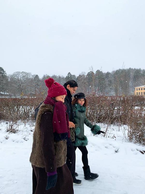 Bố mẹ Hồ Ngọc Hà mặc nhiều đồ giữ ấm giữa thời tiết giá rét.