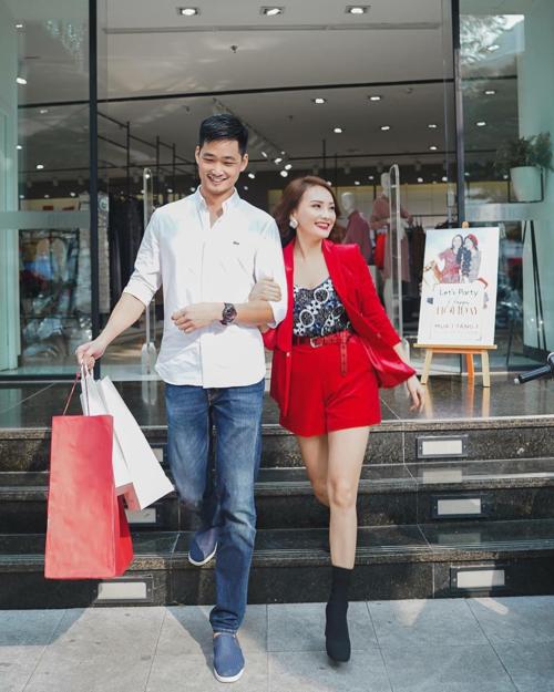 Diễn viên Bảo Thanh cùng ông xã tung tăng đi shopping.