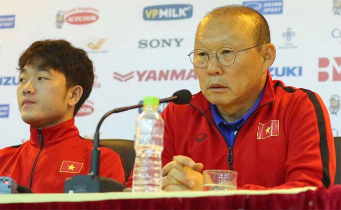 HLV Park Hang-seo và Xuân Trường trong buổi họp báo trước trận. Ảnh: Văn Đương.