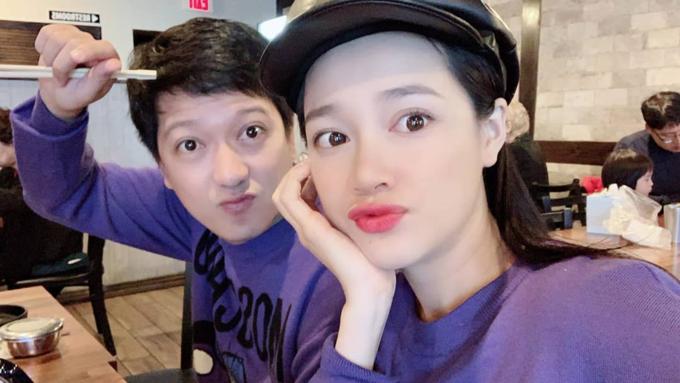 Vợ chồng Nhã Phương - Trường Giang tạo dáng selfie. Nữ diễn viên chúc fan: Giáng sinh an lành nhé cả nhà.