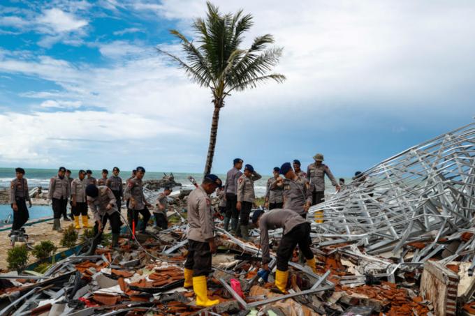 Cảnh sát Indonesia tiếp tục chạy đua với thời gian để tìm người sống sót và đếm thi thể.