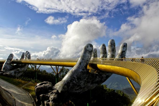Hình ảnh Cầu Vàng độc đáo tạiSun World Ba Na Hills, Đà Nẵng.