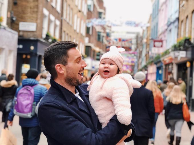Nữ siêu mẫu hài hước bình luận về biểu cảm của con gái: Nàng thỏ hồng hồi hương nhìn cái gì cũng lạcũng thích, đặc biệt cách trang trí đèn đóm Xmas ở thủ đô London nơi ba nàng sinh ra và lớn lên.