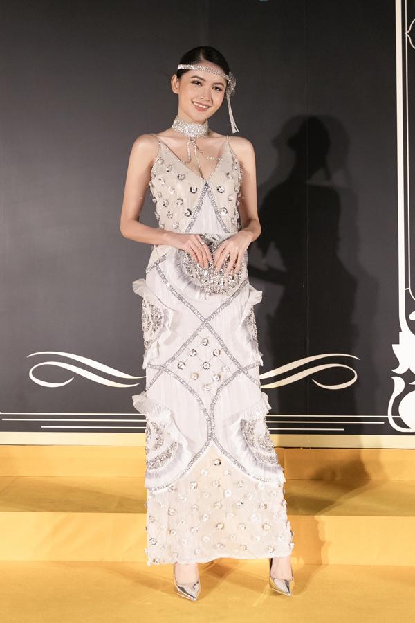 Á hậu Thùy Dung diện bộ váy của nhà thiết kế trẻ Phụng Mỹ khi tham gia một buổi tiệc có chủ đề Gatsby thập niên 1920s tại một resort cao cấp ở Phú Quốc.  Bộ váy có chất liệu xuyên thấu tôn lên vóc dáng thanh mảnh của Á hậu Thùy Dung. Cô chọn clutch và giày cao gót ton-sur-ton tạo thành tổng thể phù hợp chủ đề đêm tiệc.