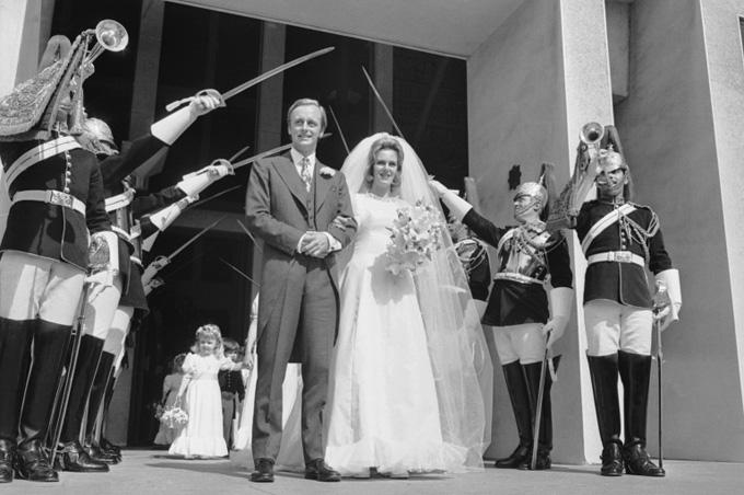 Bà Camilla và ông Andrew Parker Bowles trong đám cưới vào tháng 7/1973. Ảnh: People.