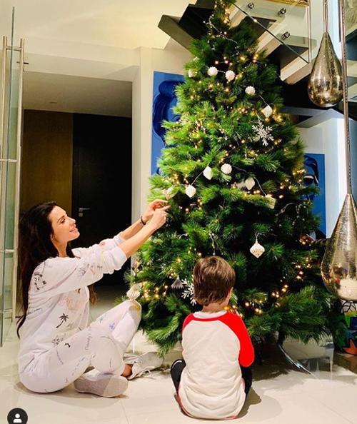 Người đẹp Pilar Rubio, bạn gái Sergio Ramos cùng con trai trang trí cây thông đón Giáng sinh từ vài ngày trước.