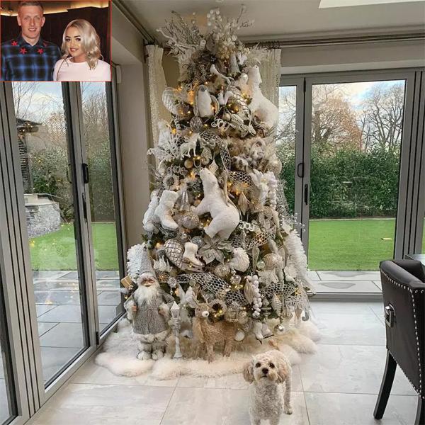 Thủ thành Jordan Pickford của Everton khoe cây thông Noel độc đáo