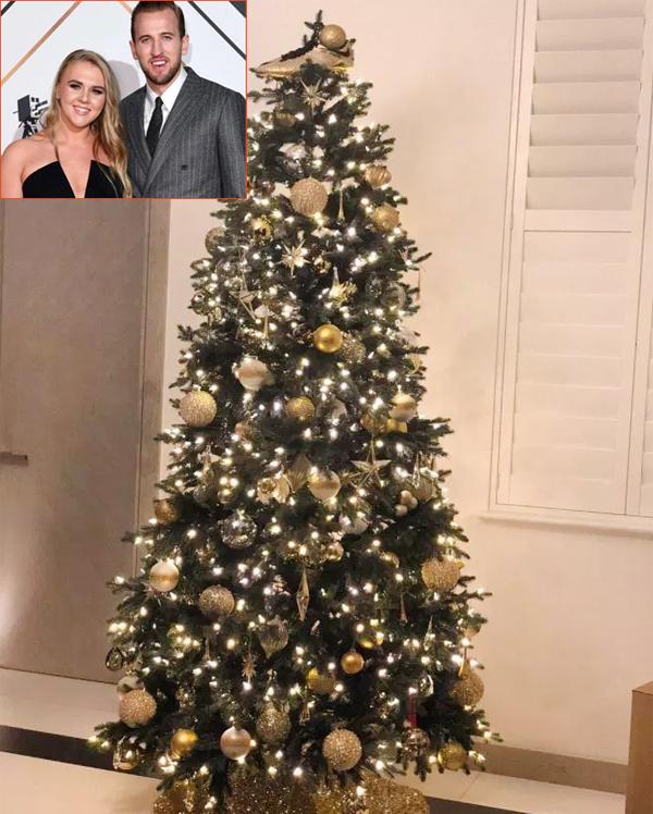 Cây thông Noel nhà Harry Kane được trang trí Chiếc giày vàng trên đỉnh
