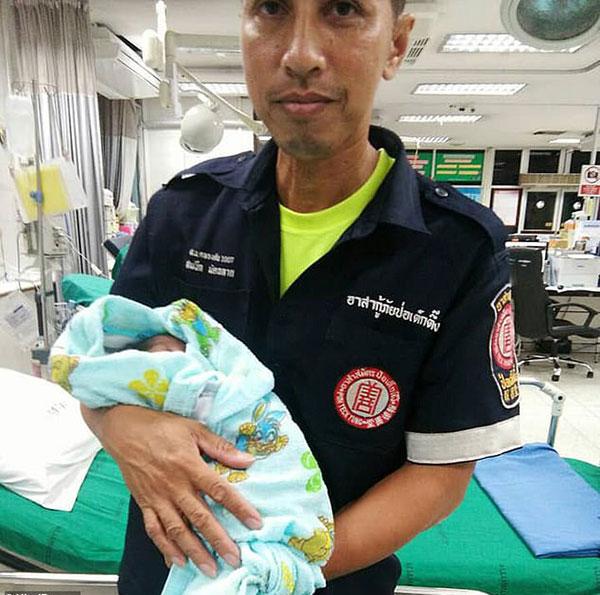 Em bé bị bỏ rơi ở chợ Thawi Wathana, Bangkok, Thái Lanđược đưa đến bệnh viện chăm sóc.