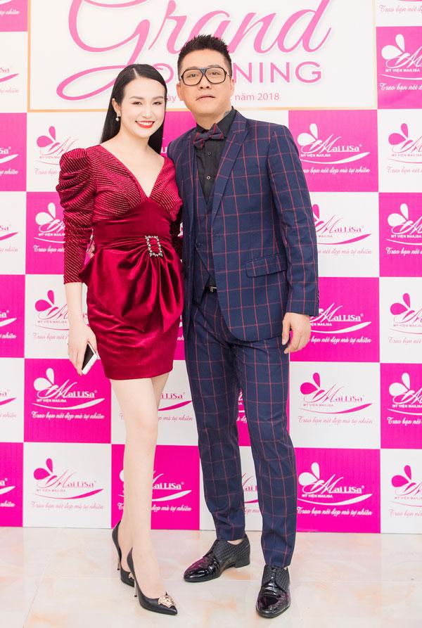 Tuấn Hưng diện vest bảnh bao, còn bà xã Hương Baby chọn chiếc váy đỏ khoe đôi chân dài cùng thân hình quyến rũ dù đã làm mẹ của hai con.