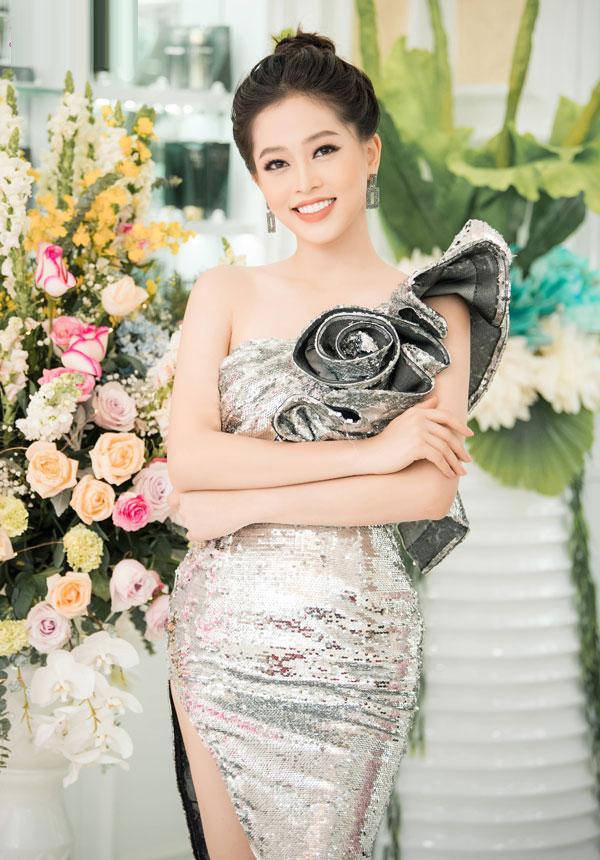 Á hậu Phương Nga thu hút với làn da trắng ngần. Cô hiện tiếp tục việc học năm 3 tại Đại học Kinh tế Quốc dân Hà Nội. Tháng 10 vừa qua, Phương Nga dự thi Miss Grand International và lọt top 10 chung cuộc.