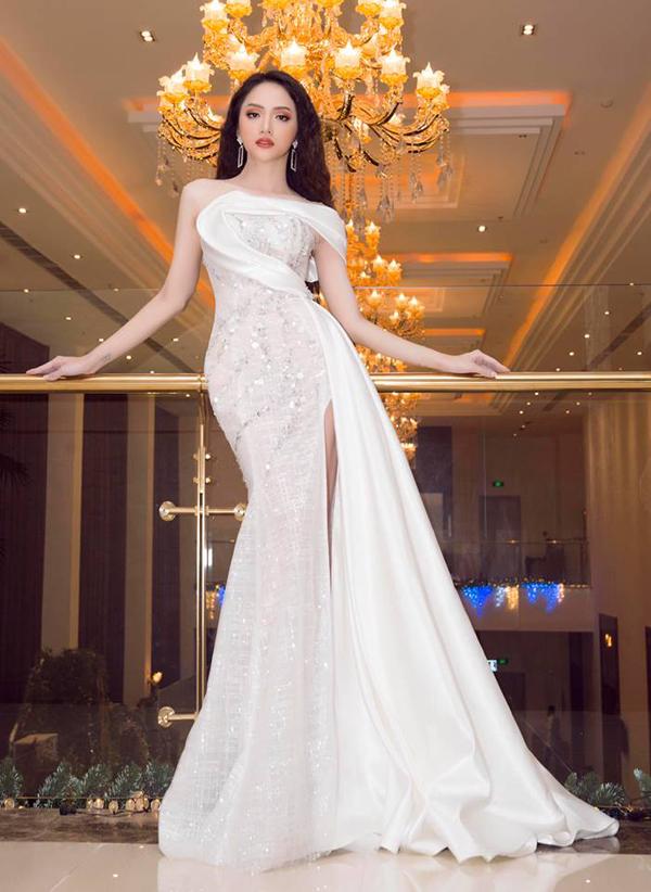 Hoa hậu Hương Giang là một trong những mỹ nhân được đánh giá cao về phong cách và thần thái mỗi khi tham gia thảm đỏ. Những bộ cánh tôn đường cong hoàn hảo và hợp xu hướng luôn được cô lựa chọn để sử dụng. Một trong những bộ cánh nổi bật của Hương Giang trong năm qua là mẫu váy xẻ cao ánh kim đi kèm phần tạo khối uyển chuyển dọc thân váy của nhà thiết kế Nguyễn Minh Tuấn.