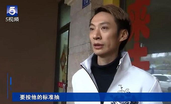 Cựu quản lý của salon tóc ở thành phố Vô Tích, tỉnh Giang Tô, Trung Quốc, anh Pan tố cáo bị chủ phạt vì không hoàn thành chỉ tiêu. Ảnh: CDTV.