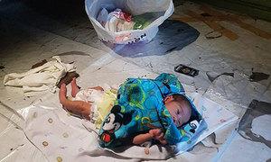 Bé hai tuần tuổi bị bỏ rơi giữa chợ sau khi bố mẹ cãi nhau