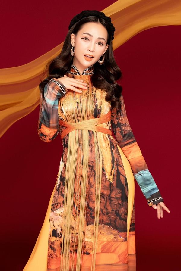 Mỹ Ngọc yêu thích trang phục truyền thống nên thường chọn áo dài mỗi khi đi diễn hay xuống phố dịp lễ tết trong năm.