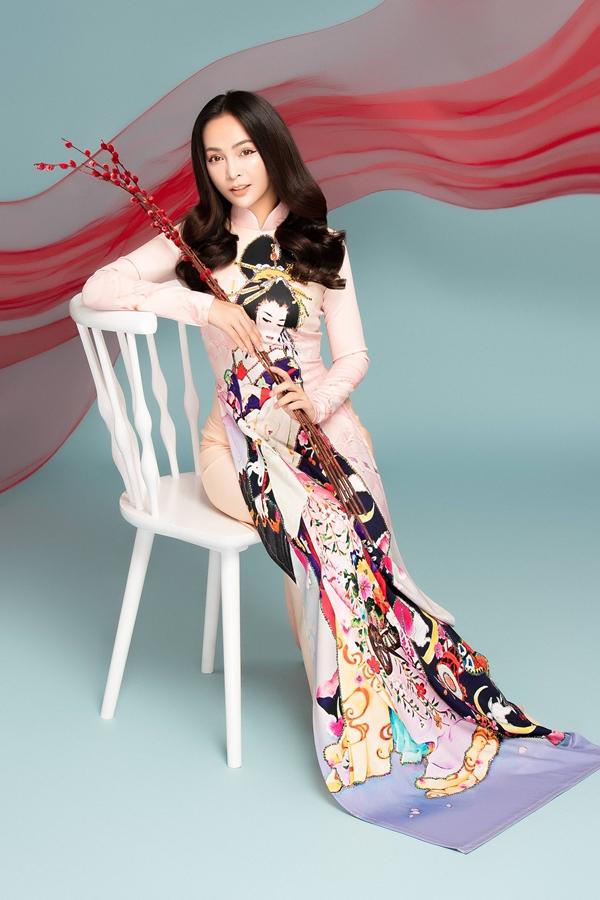 Người đẹp khéo léo sử dụngnụ tầm xuân và vải lụa làm phụ kiện tái hiện không khí Tết cổ truyền sắp đến.