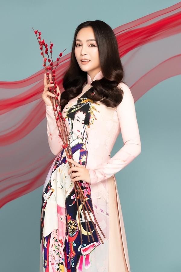 Để tạo sự đa dạng cho ngoại hình, nữ ca sĩ gợi ý nhều kiểu tóc từ xõa bồng bềnh đến búi cao tôn lên đường nét gương mặt.