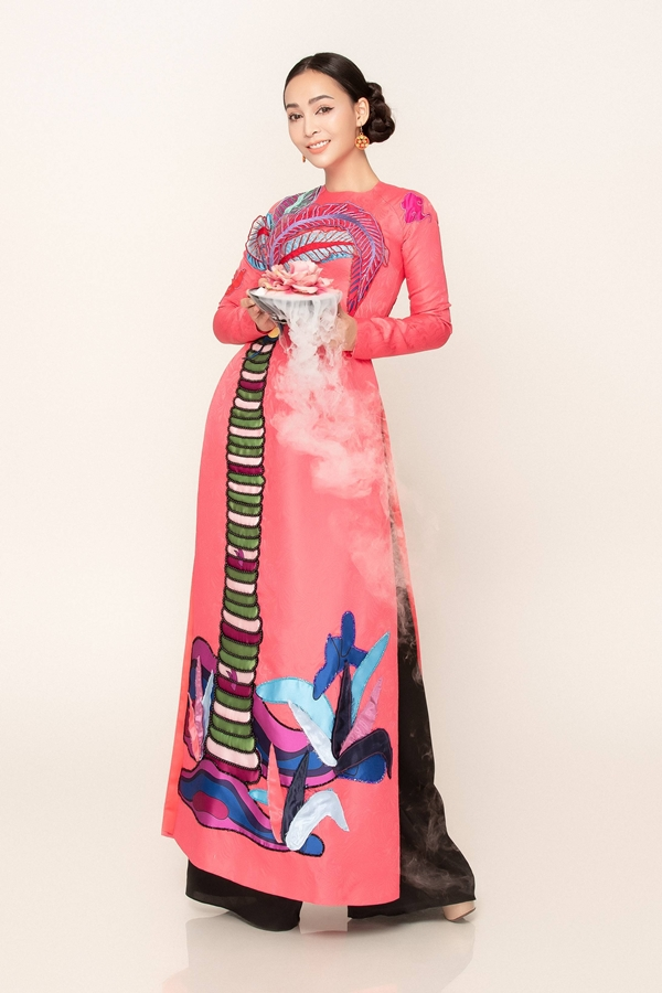 Trên nến vải lụa cao cấp, các họa tiết gợi nhớ thôn quê Việt Nam được thêu tỉ mỉ tạo điểm nhấn cho người mặc.