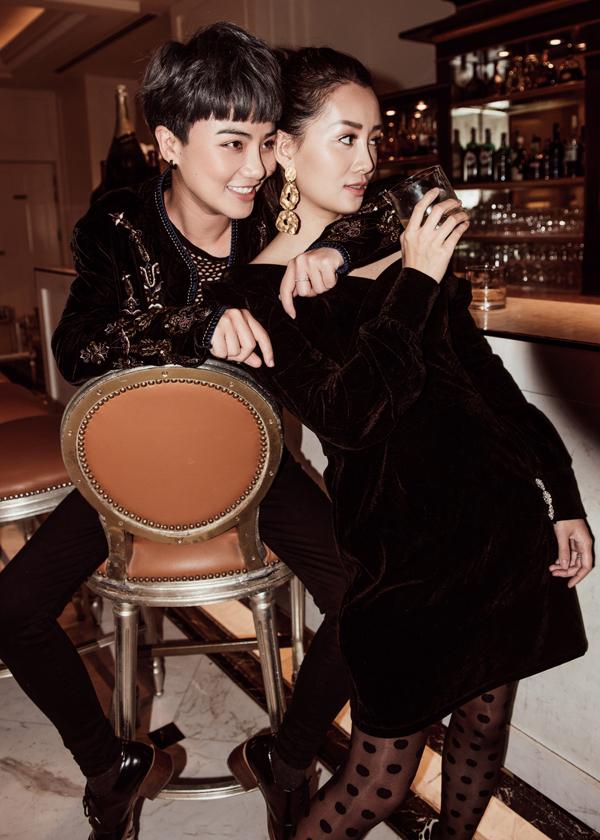 Trong bộ hình, Quỳnh Chi xuất hiện với váy áo nữ tính trong khi Thuỳ Dung lại hoá thân thành nàng tomboy cá tính, mạnh mẽ. Hai người thể hiện sự kết nối, bền chặt của mối quan hệ thông qua cách phối màu.