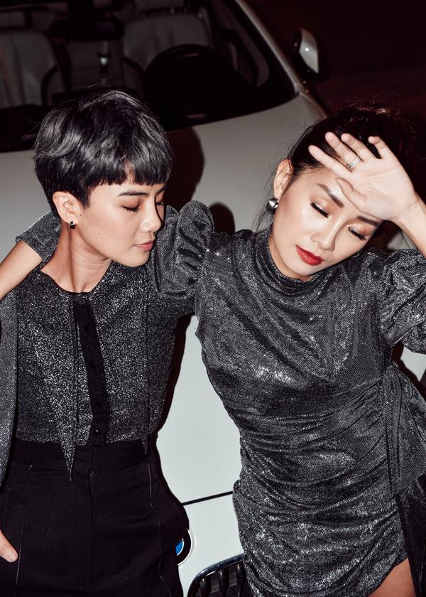 Mặc dù có cách phối trang phục đối lập nhau nhưng cả hai lạisự tương đồng, ăn ý.