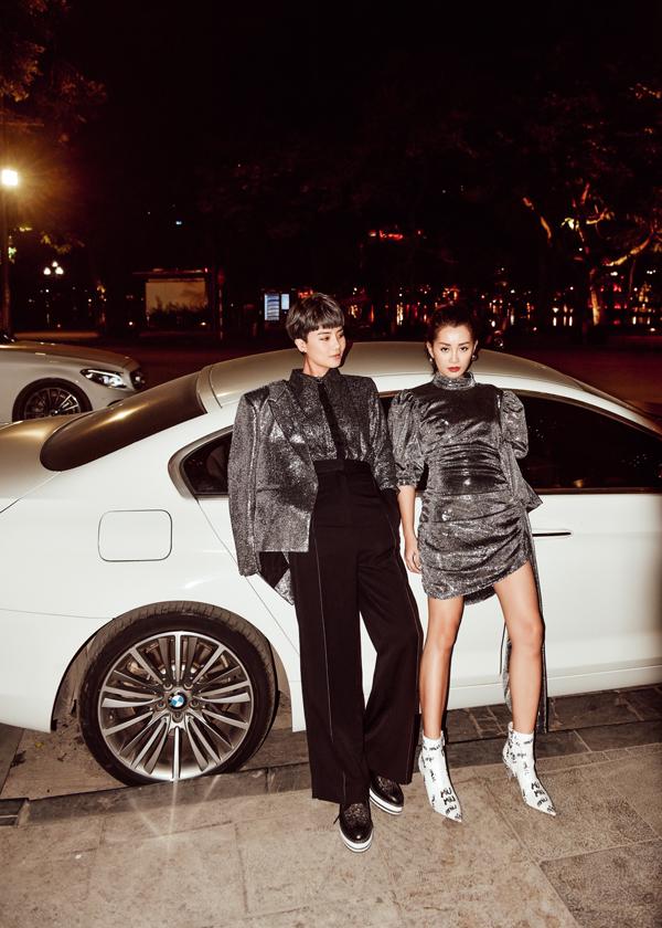 Trong set đồ ánh bạc, Thuỳ Dung ăn diện theo phong cách những năm 1970 - 1990 với quần cạp cao, dáng loe còn Quỳnh Chi gợi nét hoài cổ pha chút hiện đại với váy tay phồng cùng boots trắng họa tiết.